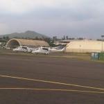 luchthaven Bukavu met de vulkaan op de achtergrond